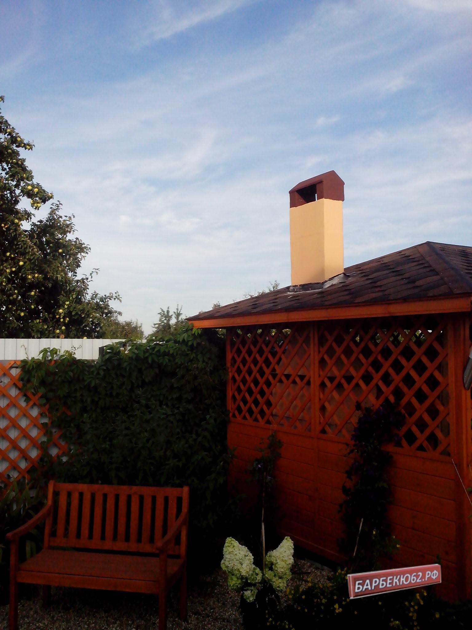 Труба печи-барбекю в крыше беседки размером 3*4